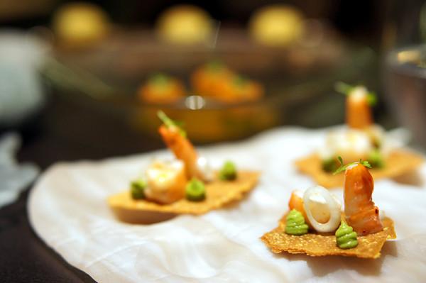 开胃菜:玉米片上的虾肉配鳄梨果