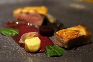 匈牙利曼加利察猪肉配红菜头和油泡黑蒜
