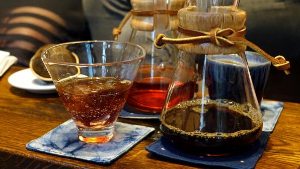 富锦树353咖啡的冰冻咖啡及茶是以特制烧瓶奉上