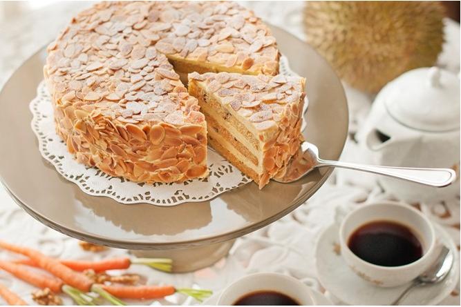 榴莲胡萝卜核桃蛋糕。质感厚重的胡萝卜核桃蛋糕内夹上一层层的软滑榴莲果肉,配合得天衣无缝。