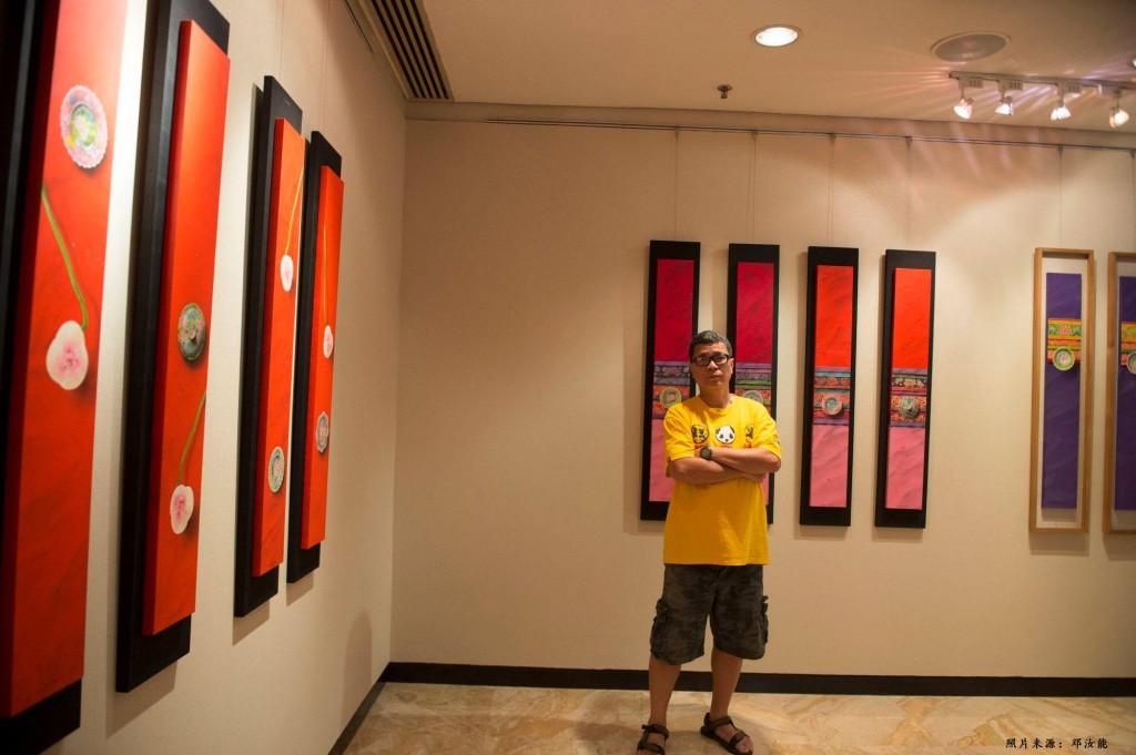 邓汝能身后的作品是按四屏排列法呈现 照片来源:邓汝能