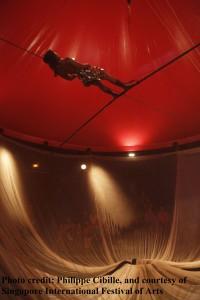 Carbanons让你能在大型装置艺术品内观赏精彩的杂技表演 照片来源:新加坡国际艺术节