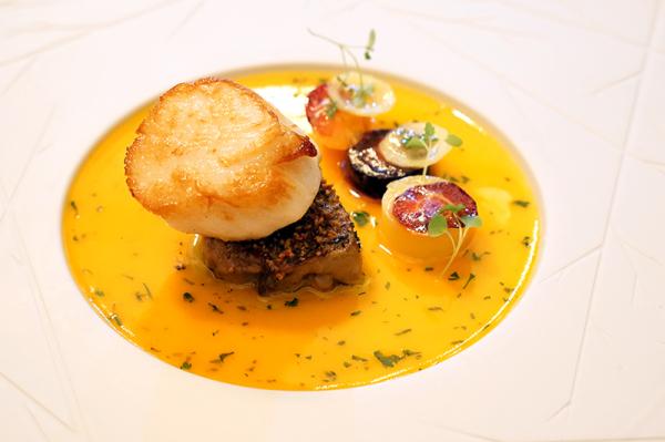 Sorrel的总厨Johnson Teo烹煮的苏格兰带子及鹅肝,配上清新的红萝卜酱汁.