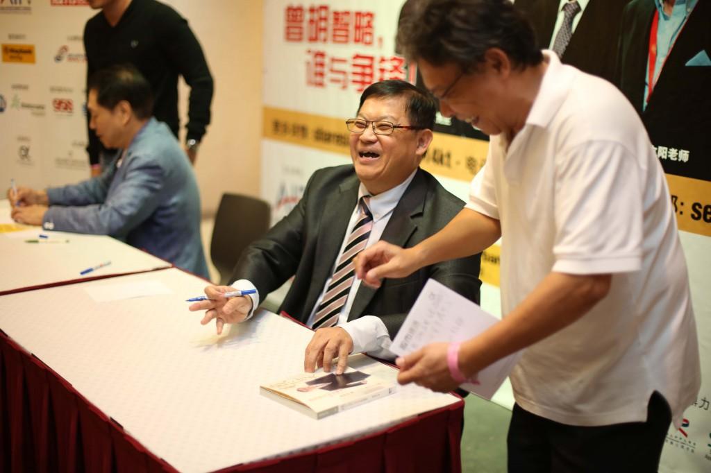 曾渊沧博士将在现场为出席者签名留念