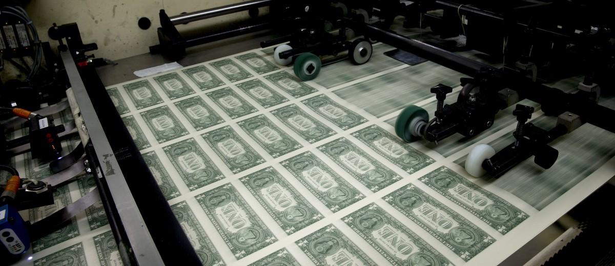 美国政府可以不断地发行国债筹钱,而美国联邦储备局就不断地印钞票买国债。已经债台高筑的美国政府正打算推出历年来最大规模的减税方案。图源:Andrew Harrer/彭博社