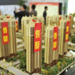 中国城市人口将在未来几年增加1亿人,房子的刚性需求巨大,房价不炒也升。内房股可以算好,香港地产股也可以算好。 图源:路透社/Stringer
