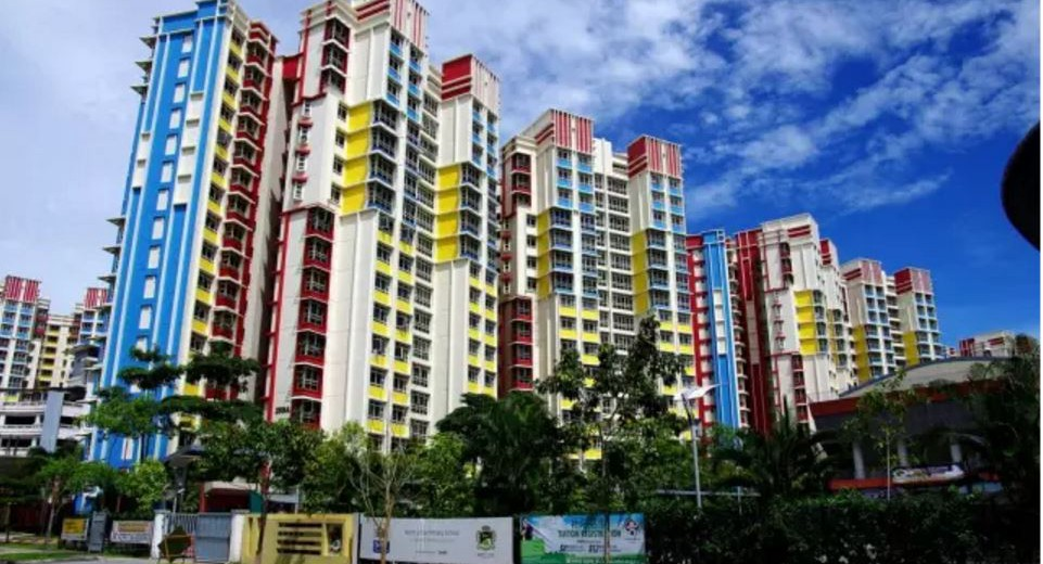 5年前,新加坡与香港几乎同时间推出各种各样的打压楼价措施。五年过去,香港楼价平均上涨60%,新加坡则在3年前楼价开始下跌,至近日才回稳。两地不同之处是,香港除了压抑需求之外,无法增加供应。新加坡则在压抑需求的同时增加供应