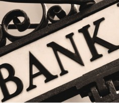 不论是中国的银行或是新加坡的银行,都应该持有不放。现在股市旺盛,很少股民有耐心收起股票等升值