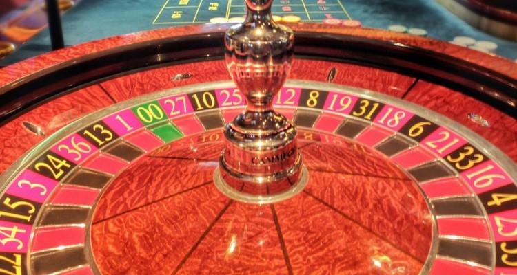 股市与赌场最大的分别是买错股票可以守。但在赌场买不中,钱就一去不回头,要加注才有机会翻本。赌徒最后欠下一身债就是因为不断加注