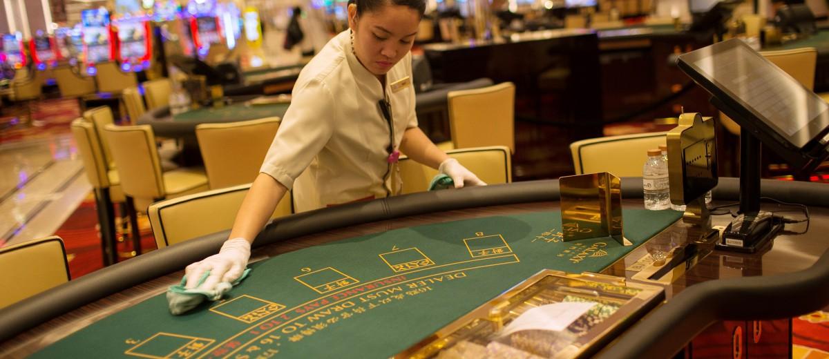 澳门赌业每隔一段时间就会出现一些中国控制人民币外流的坏消息,股价大幅调整。但是不必多久,股价再度破顶,可见每一次坏消息都是人为的震仓,制造机会让大户低价买股。图源:Billy H.C. Kwok/彭博社