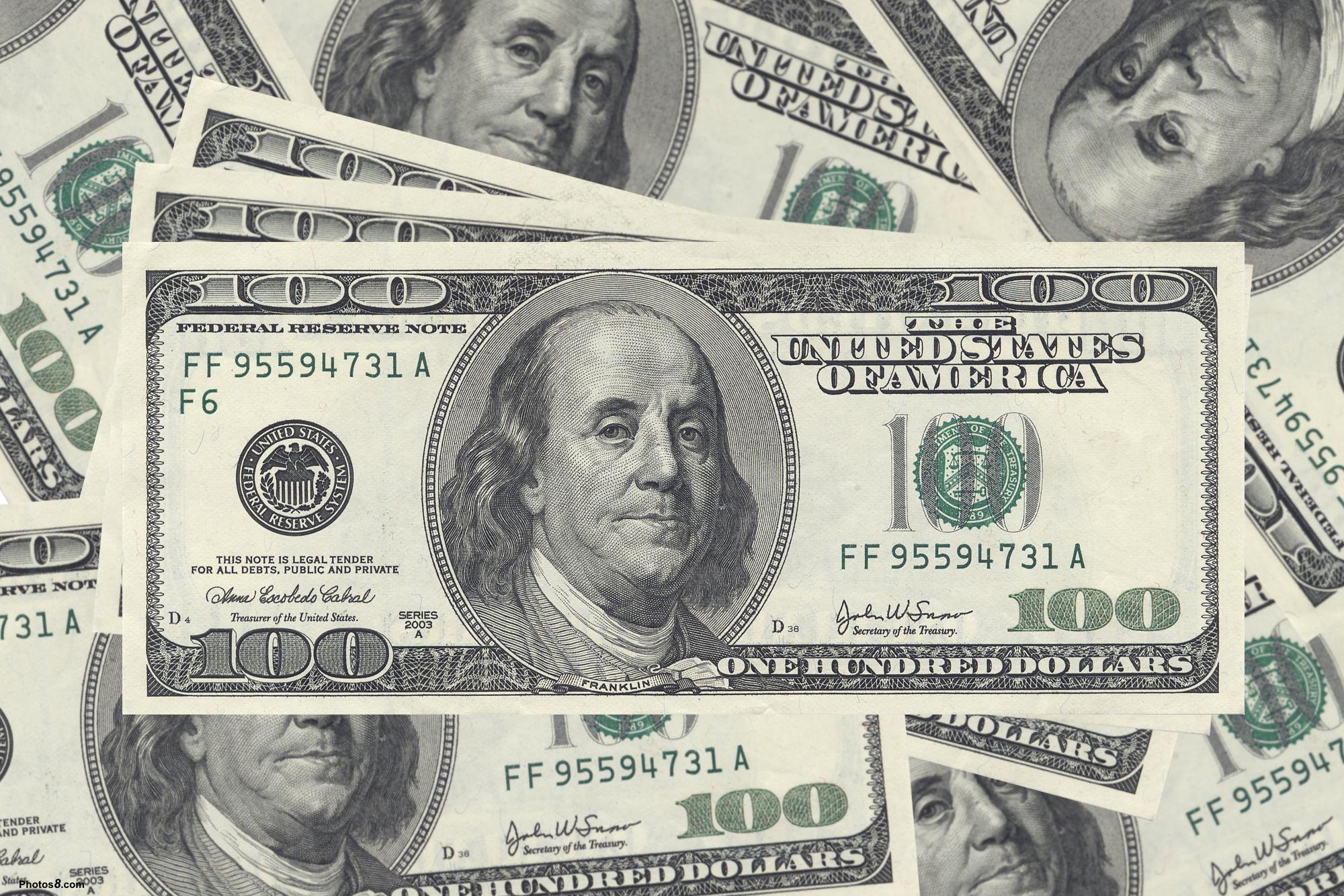 目前新元利率比美元还低,理论上会产生套利的行为,即借低息的新元而买高息的美元。但这一类的套息行为并没有使到新元兑美元贬值。理论上港元与美元挂钩,港元利率应该与美元一样。但近年来港元利率的确比美元低