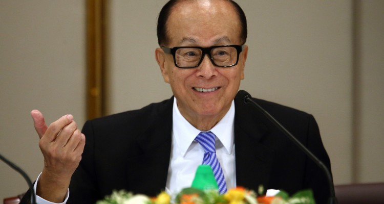 Billionaire Li Ka-shing, chairman of Cheung Kong Holdings Ltd. and Hutchison Whampoa Ltd., speaks during a news conference in Hong Kong, China, on Friday, Jan. 9, 2015. Cheung Kong Holdings offered $24 billion in stock to buy out unit Hutchison Whampoa and will spin off its property assets in the biggest reorganization of Hong Kong billionaire Li's corporate empire. Photographer: Tomohiro Ohsumi/Bloomberg *** Local Caption *** Li Ka-shing; Victor Li