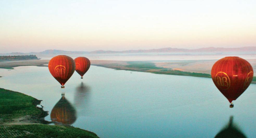 """""""蒲甘热气球""""在伊洛瓦底江上空飞行"""